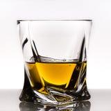 玻璃查出的反映威士忌酒白色 图库摄影