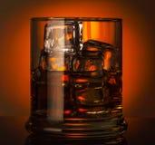 玻璃查出的反映威士忌酒白色 免版税图库摄影