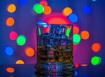 玻璃查出的反映威士忌酒白色 免版税库存照片