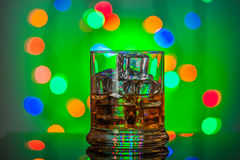 玻璃查出的反映威士忌酒白色 免版税库存图片
