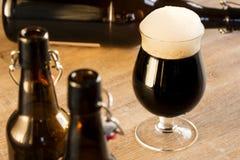 玻璃棕色啤酒,在桌上 免版税库存照片