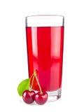玻璃汁液和两棵成熟水多的樱桃与绿色叶子 免版税库存图片