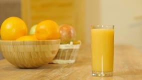 玻璃汁液橙色倾吐 影视素材
