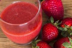 玻璃汁液草莓 免版税库存图片