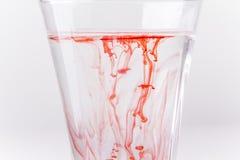 玻璃液体红色 免版税库存照片