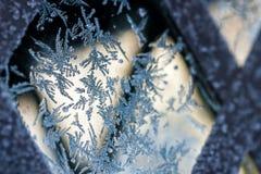 在玻璃表面形成的冰晶 免版税库存照片