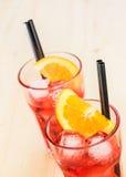 玻璃特写镜头喷开胃酒与橙色切片和冰块的aperol鸡尾酒 库存图片