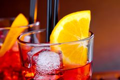 玻璃特写镜头喷开胃酒与橙色切片和冰块的aperol鸡尾酒 库存照片