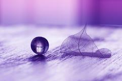 玻璃球和透明板料在一张木桌上 一个艺术性的图象 免版税库存图片
