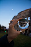 玻璃球形罗马Coloseeum透视罗马意大利 库存图片