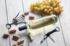 玻璃瓶在木桌背景的酒拔塞螺旋 免版税库存照片