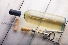 玻璃瓶在木桌背景的酒 免版税图库摄影
