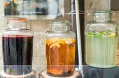 玻璃瓶子填装了在木树桩的汁液 免版税库存照片