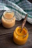 玻璃瓶子用在木桌上的自然婴儿食品 库存图片