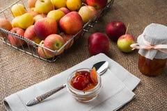 玻璃瓶子苹果橘子果酱 库存图片