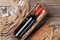 玻璃瓶红葡萄酒 免版税库存照片
