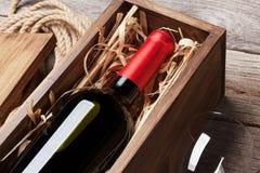 玻璃瓶红葡萄酒 库存照片