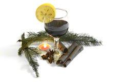 玻璃用与圣诞节装饰2014年11月14日的红葡萄酒 免版税图库摄影