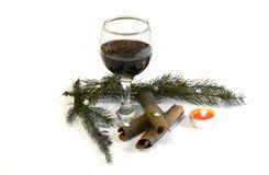 玻璃用与圣诞节装饰2014年11月14日的红葡萄酒 库存图片