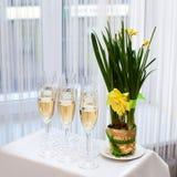 玻璃用在党桌上的香槟 库存图片