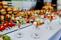 玻璃用在招待会的希腊沙拉 免版税库存图片