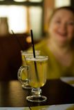 玻璃用在白葡萄酒立场的被仔细考虑的酒在桌上 库存图片