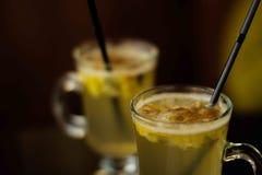 玻璃用在白葡萄酒立场的被仔细考虑的酒在桌上 免版税库存照片
