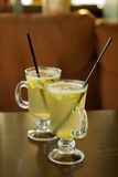 玻璃用在白葡萄酒立场的被仔细考虑的酒在桌上 库存照片