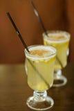 玻璃用在白葡萄酒立场的被仔细考虑的酒在桌上 免版税图库摄影
