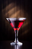玻璃用在黑暗的背景的汁液 免版税库存图片