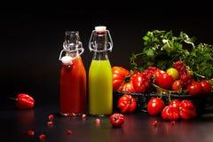 玻璃用在黑色隔绝的新鲜蔬菜汁 戒毒所 免版税库存图片