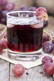 玻璃用新鲜的葡萄汁 免版税库存图片