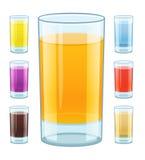 玻璃用新鲜的水果的汁液 免版税库存图片