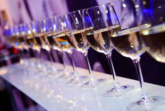 玻璃用白葡萄酒 库存照片