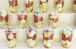 玻璃用被切的果子 库存照片