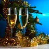 玻璃用香槟和圣诞树 免版税库存照片