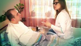 玻璃的专业医生妇女审查她的耐心人的在医院病房里 股票录像
