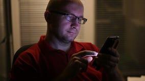 玻璃的人在智能手机工作 影视素材