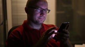 玻璃的人在智能手机工作 股票录像