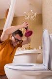 玻璃的人清除在洗手间的障碍物 免版税库存图片