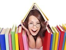 玻璃的女孩与堆书。 免版税库存照片