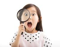玻璃的女孩看起来的一点扩大化 免版税库存照片