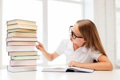 玻璃的学生女孩与书在学校 免版税库存图片