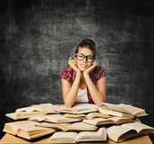 玻璃的学生女孩与开放书,大学教育 免版税图库摄影