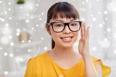 玻璃的愉快的亚裔少妇在家 免版税库存照片