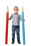 玻璃的愉快的摆在与一支巨大的铅笔的男孩和bowtie 培训的概念 查出在白色 免版税库存图片
