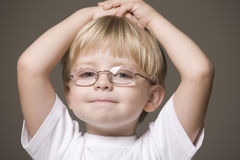 玻璃的白肤金发的头发的男孩 库存图片