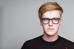 玻璃的红头发男孩 库存照片