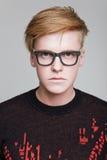 玻璃的红头发男孩 免版税库存图片