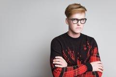 玻璃的红头发男孩 免版税图库摄影